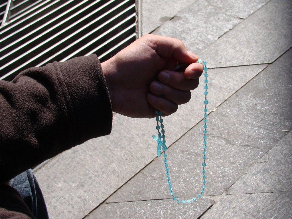 orando-con-un-rosario